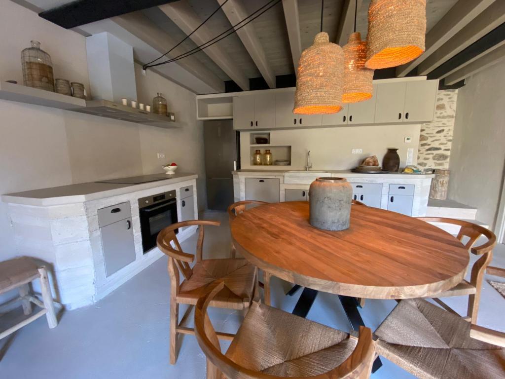 Cuina, menjador en planta baixa de la casa 2. La decoració interior la realitzat Lara Vallès i Marc fontanals