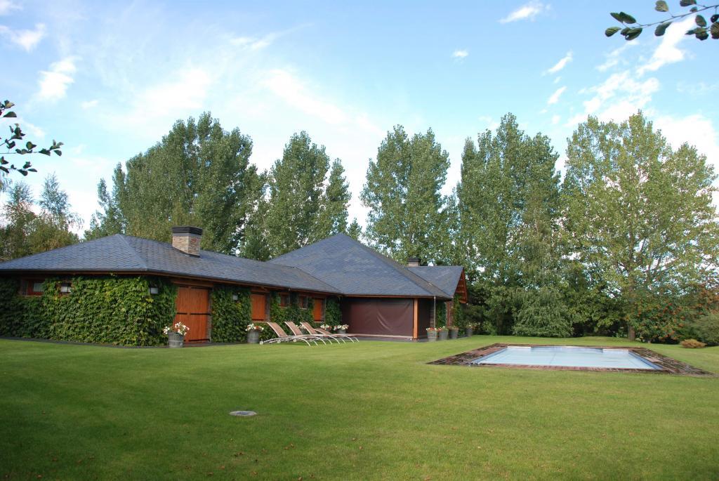 Habitatge unifamiliar aïllat amb façana vegetal.